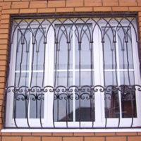 metallicheskie-reshetki-na-okna-i-balkony